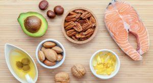السالمون, الأفوكادو, الجوز و الكستناء من الأمثلة عى الأغذية المحتوية على دهون غير مشبعة متعددة