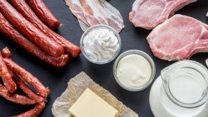 من الامثلة على الدهون المشبعة هي مشتقات الحليب, النقانق و اللحوم